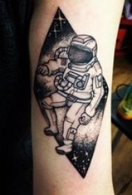 宇航员纹身图案 女生手臂上几何和宇航员纹身图片