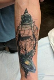 宇航员纹身图案 男生手臂上宇宙和宇航员纹身图片