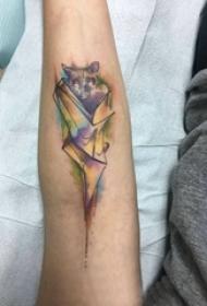 手臂纹身素材 男生手臂上彩色的蝙蝠纹身图片