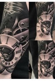 纹身钟表 男生手臂上黑灰纹身钟表图片