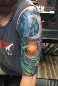 双大臂纹身 男生大臂上彩色的宇宙纹身图片