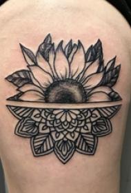 花朵纹身 女生大腿上梵花和向日葵拼接纹身图片