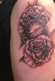 双大臂纹身 女生大臂上玫瑰和时钟纹身图片