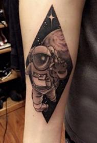 手臂纹身素材 男生手臂上菱形和宇航员纹身图片