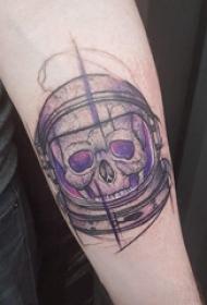 手臂纹身素材 男生手臂上彩色的骷髅宇航员纹身图片