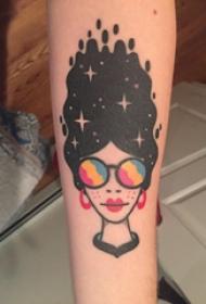 纹身卡通人物 女生手臂上另类的人物纹身图片