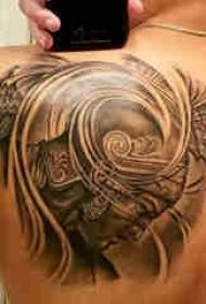 武士纹身 男生后背上黑色的武士纹身图片