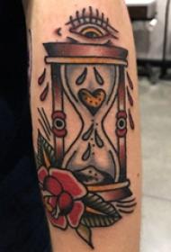 时间沙漏纹身 男生大臂上花朵和沙漏纹身图片