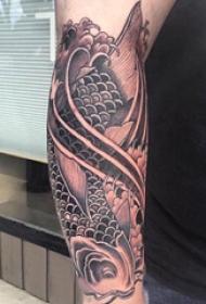 手臂纹身素材 男生手臂上黑色的鲤鱼纹身图片