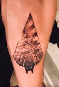手臂纹身素材 男生手臂上黑色的蝙蝠纹身图片