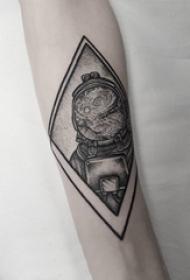 几何元素纹身 男生手臂上菱形和宇航员纹身图片