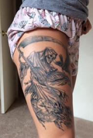 死神镰刀纹身图案 女生大腿上黑色的死神镰刀纹身图片