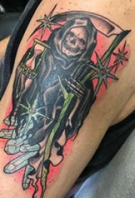 大臂纹身图 男生大臂上彩色的死神镰刀纹身图片