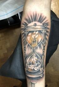 手臂纹身素材 男生手臂上蜡烛和沙漏纹身图片