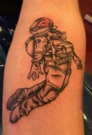 手臂纹身素材 男生手臂上黑色的宇航员纹身图片