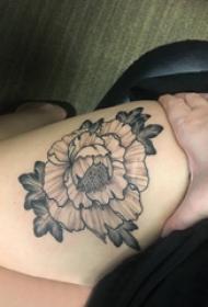 文艺花朵纹身  女生大腿上黑灰的文艺花朵纹身图片