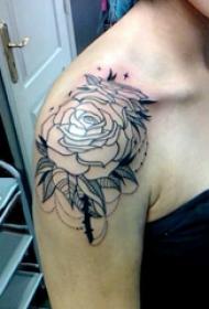 文艺花朵纹身 女生肩部花朵纹身图片
