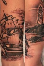 手臂纹身图片 男生手臂上帆船和灯塔纹身图片
