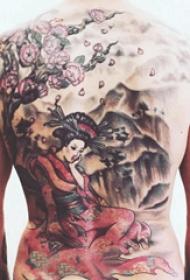 后背纹身男 男生后背上大树和艺妓纹身图片