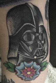 大臂纹身图 男生大臂上花朵和武士纹身图片