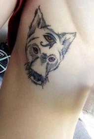 小狗纹身  女生侧腰黑色的小狗纹身图片