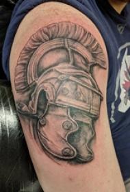 武士头盔纹身 男生大臂上黑灰的武士头盔纹身图片