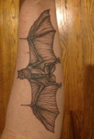 手臂纹身图片 男生手臂上黑色的蝙蝠纹身图片
