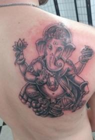 象神纹身男 男生后背上黑色的象神纹身图片