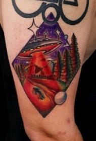几何元素纹身 男生大臂上风景和飞碟纹身图片