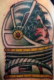 宇航员纹身  男生大臂上彩色的宇航员纹身图片
