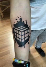 魔方纹身图案 男生手臂上黑色的魔方纹身图片