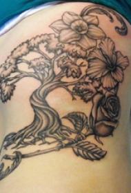 植物纹身  女生侧腰上黑灰的植物纹身图片