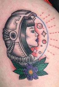 宇航员纹身图案 女生大腿上花朵和宇航员纹身图片