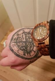 纹身钟表  男生手上黑灰的钟表纹身图片
