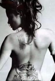 美国纹身明星  安吉丽娜朱莉后背上