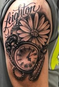 黑色极简纹身 男生大臂上花朵和时钟纹身图片