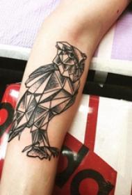 几何动物纹身 女生手臂上黑色的猫头鹰纹身图片