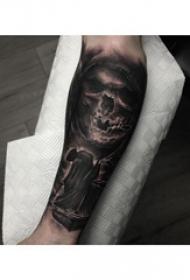 死神小臂纹身  男生小臂上黑灰色的死神纹身图片
