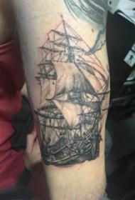 纹身小帆船 男生大臂上黑色的帆船纹身图片