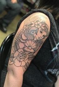纹身美人鱼  女生手臂上美人鱼和花朵纹身图片