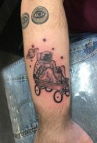 宇航员纹身图案 男生手臂上坐推推车里的宇航员纹身图片