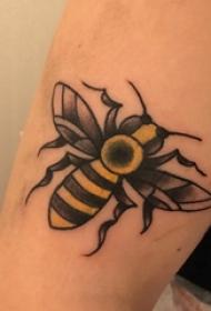 蜜蜂纹身图案 女生大臂上彩色的蜜蜂纹身图片