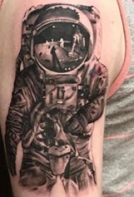 宇航员纹身图案 男生大臂上素描的宇航员纹身图片