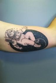 纹身黑色 男生手臂上黑色的宇航员纹身图片