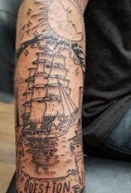 极简线条纹身 男生手臂上英文和帆船纹身图片