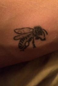 蜜蜂纹身图案 男生手臂上黑色的蜜蜂纹身图片