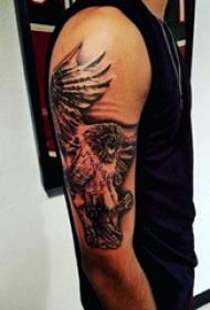 手臂纹身素材 男生手臂上英勇的猫头鹰纹身图片