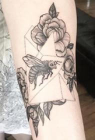 蜜蜂纹身图案 女生手臂上花卉和蜜蜂纹身图片