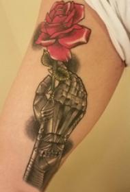 玫瑰纹身图  女生大臂上彩绘的玫瑰纹身图片