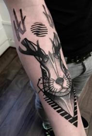 手臂纹身素材 男生手臂上黑色的兔子纹身图片
